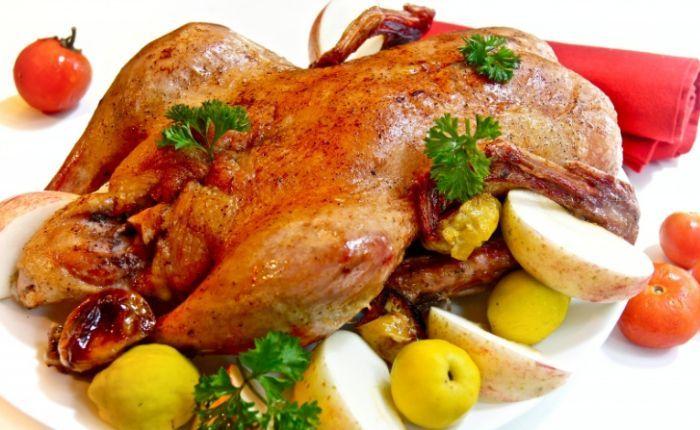 Запеченная утка с яблоками на тарелке