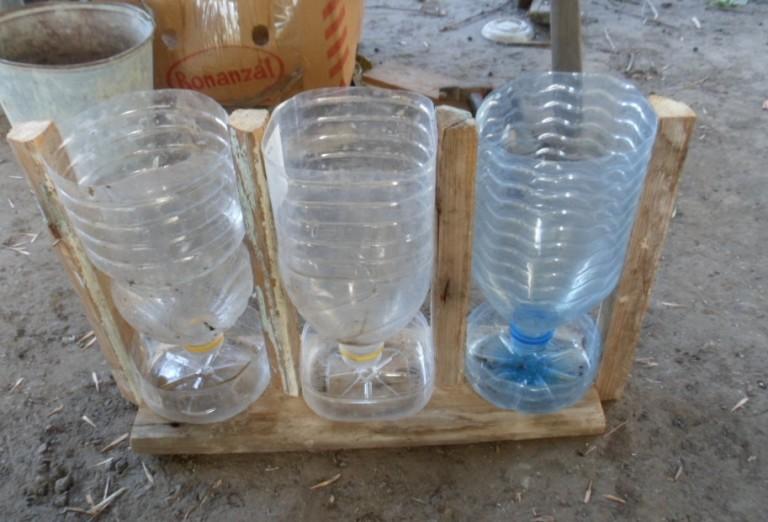 Поилка из пластиковой бутылки для курей
