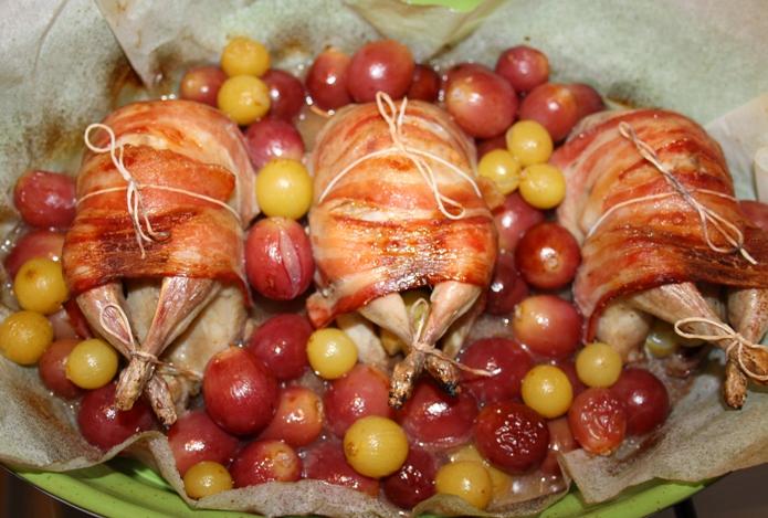 Жареные перепела с виноградом