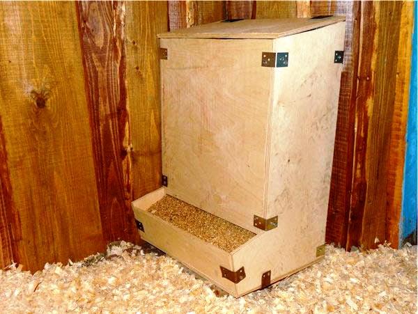 Напольная бункерная кормушка из фанеры