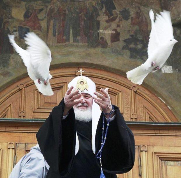 На Благовещение принято выпускаеть белых голубей