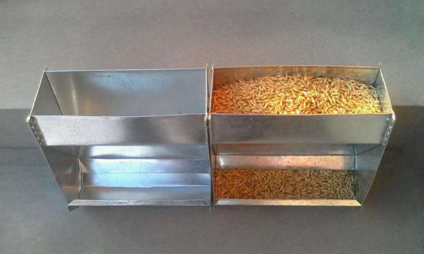 Готовая бункерная кормушка для зерна