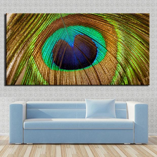 Картина в доме с перьями павлина