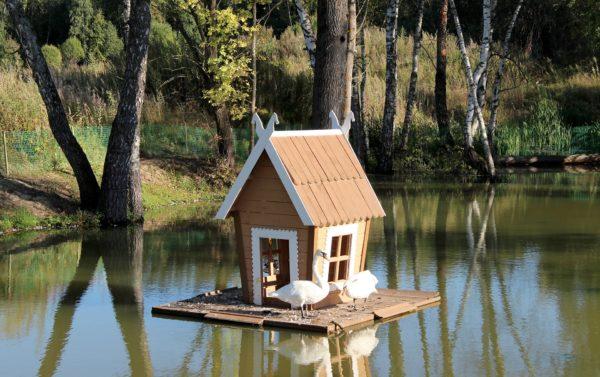 Деревянный плавучий домик
